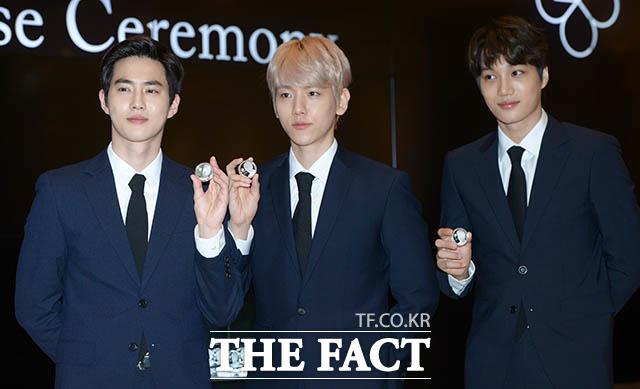 EXOのメンバー・スヒョン、ベクヒョン、カイ(左から)が18日、ソウルで行われた「EXO公式記念硬貨発売式」に出席した。