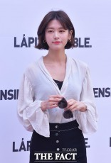 今年初めに俳優イ・ジュンとの熱愛を認めた女優チョン・ソミンが20日午後、ソウルで行われたファッションイベントに出席した。