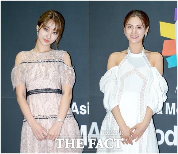 Nine Musesのギョンリ(左)と歌手兼女優のナナが6日、ソウル・江南のCOEX展示ホールで開かれた「2018アジアモデルアワード」に参加した。
