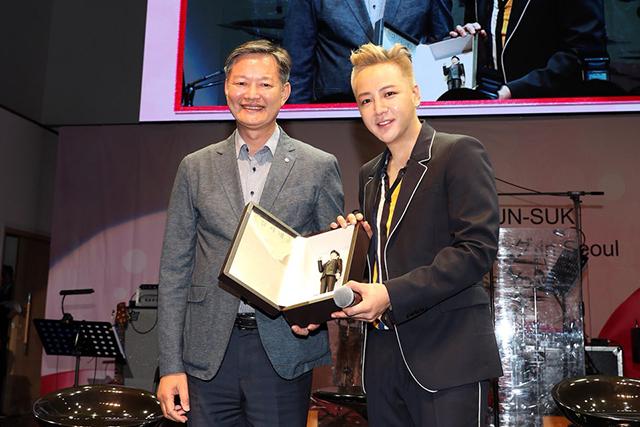韓国観光公社のミン・ミンホン国際観光本部長(左)とチャン・グンソク。|写真提供:韓国観光公社