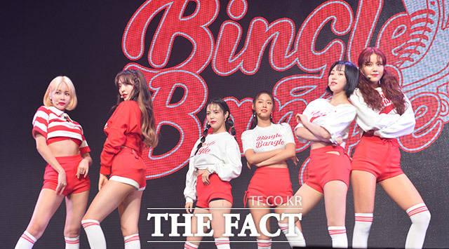 ガールズグループAOAが28日、1年4ヶ月ぶりとなるニューアルバム「BINGLE BANGLE」の発売を記念するショーケースをソウルで行なった。|撮影:イ・ドンリュル