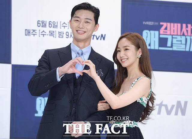 新ドラマ「キム秘書がなぜそうか?」の制作発表会見が30日、ソウルで行われた。写真は男女主演のパク・ソジュンとパク・ミニョン。|撮影:キム・セジョン