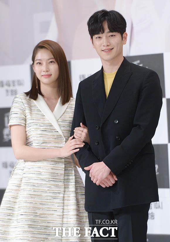 KBS2TVの新ドラマ「君も人間か?」の制作発表会見が31日、ソウルで行われた。写真は同ドラマの男女主演を演じるソ・ガンジュンとコン・スンヨン(左)。|撮影:キム・セジョン