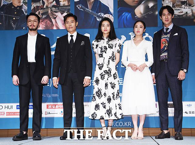 韓国のケーブル・tvNチャンネルにて放送を控えているドラマ「ミスター・サンシャイン」の制作発表会見が26日、ソウルで行われた。写真は同ドラマのメインキャスト。左からピョン・ヨハン、イ・ビョンホン、キム・テリ、キム・ミンジョン、ユ・ヨンソク。|撮影:ペ・ジョンハン