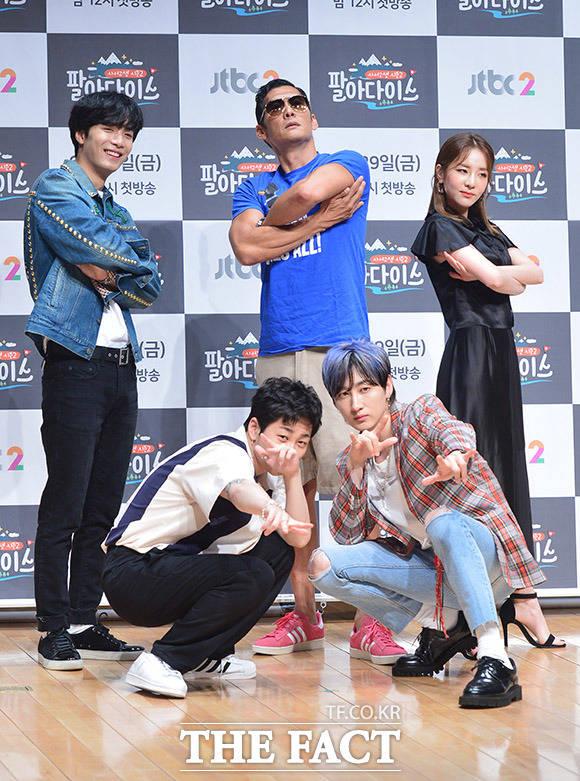韓国のJTBCチャンネルにて放送されるバラエティ番組「求めて苦労2-パラダイス」の制作発表会見が28日、ソウルで行われた。写真は、同番組のレギュラーとして出演する(左から)NU'ESTのJR、 Din Din、godのパク・ジュンヒョン、DARA、SUPER JUNIORのウニョク。|撮影:イ・ドンリュル