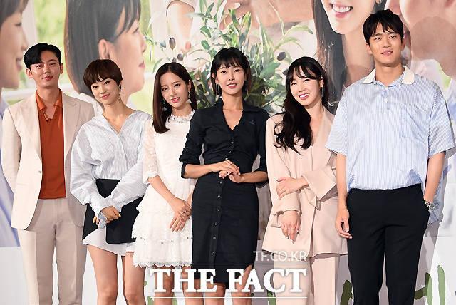韓国の地上波KBS2TVチャンネルにて放送されるドラマ「あなたのハウスヘルパー」の制作発表会見が2日、ソウルで行われた。写真は同ドラマのメインキャスト。左からイ・ジフン、チョン・スジン、ボナ(宇宙少女)、コ・ウォニ、ソ・ウナ、ハ・ソクジン。|撮影:イ・セロム