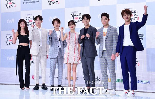 シーズン3を迎えた韓国のケーブル・tvNチャンネルのドラマ「ゴハン行こうよ3」の制作発表会見が10日、ソウルで行われた。左からイ・ジュウ、アン・ウヨン、ビョンホン、ペク・ジニ、ユン・ドゥジュン、キム・ドンヨン、ソ・ビョクジュン。|撮影:イム・ドンジュン