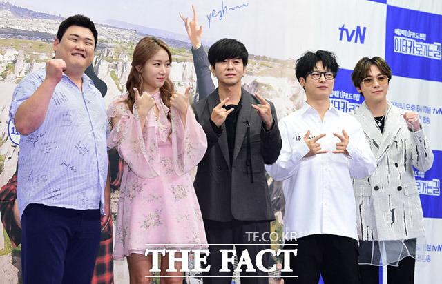 音楽旅行バラエティ「イタカに行く道」制作発表会見が11日、ソウルで行われた。写真は同番組のレギュラー(左から)芸人キム・ジュンヒョン、歌手ソユ(元SISTAR)、ユン・ドヒョン、ハ・ヒョヌ(Guckkasten)、イ・ホンギ(FTISLAND)。|撮影:イム・セジュン