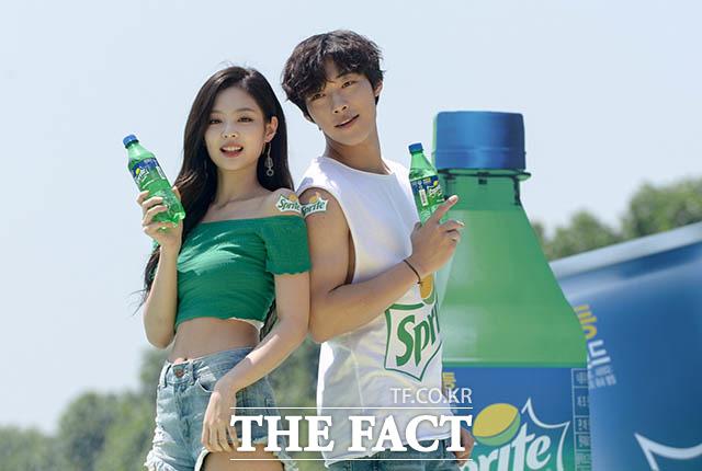 「コカ・コーラ」コリアによる『スプライト・アイランド』のオープンイベントが21日、ソウルの蚕室運動場で行われた。写真はスプライトの広告で共演中のBLACKPINKのJENNIEと俳優ウ・ドファン。|撮影:キム・セジョン