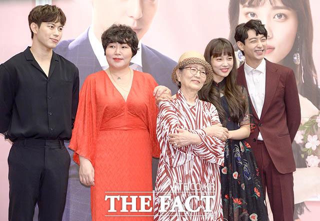 MBN新水木ドラマ「魔女の愛」の制作発表会見が24日、ソウルで行われた。写真はドラマのメインキャスト(左から)ホンビン(VIXX)、コ・スヒ、キム・ヨンオク、ユン・ソヒ、ヒョヌ。|撮影:キム・セジョン