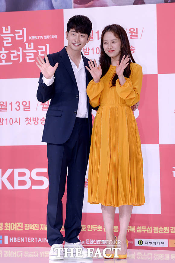 KBS2TVの新月火ドラマ「ラブリー・ホラーブリー」の制作発表会見が9日、ソウルで行われた。写真は男女主演のパク・シフとソン・ジヒョ。|撮影:イ・ソナ