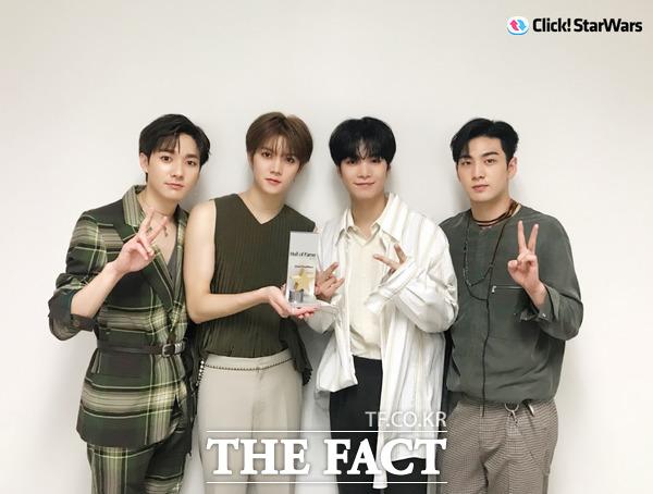 韓国アーティストランキング「Click! StarWars」の個人ランキングで10週連続1位を達成したNU'EST Wが、名誉の殿堂入りを達成し、記念トロフィーを渡された。|写真提供:Pledis