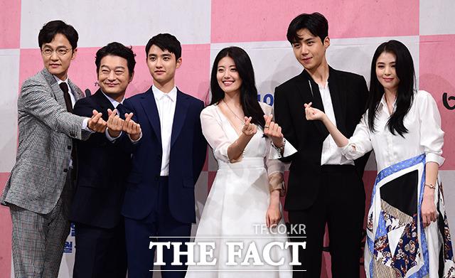 tvN新月火ドラマ「100日の郎君様」の制作発表会見が4日、ソウルで行われた。写真は、同ドラマの出演者(左から)チョ・ハンチョル、チョ・ソンハ、D.O.(EXO)、ナム・ジヒョン、キム・ソノ、ハン・ソヒ|撮影:ナム・ヨンヒ