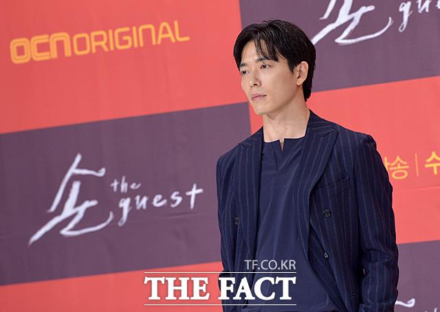 韓国OCNチャンネルの新ドラマ「客 the guest」の制作発表会見が6日、ソウルで行われた。写真は今作で司祭チェ・ユン役を引き受けたキム・ジェウク。|撮影:ムン・ビョンヒ