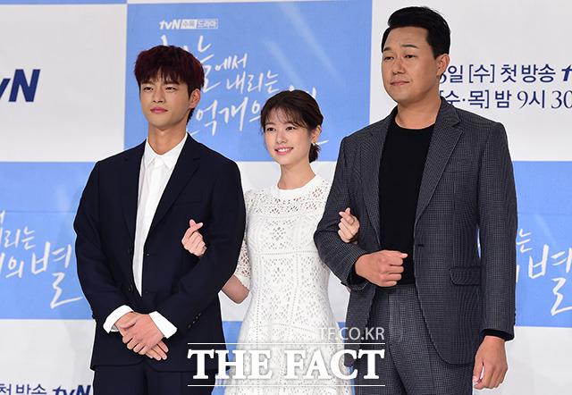 韓国リメイク版ドラマ「空から降る一億の星」の制作発表会見が28日、ソウルで行われた。左からソ・イングク、チョン・ソミン、パク・ソンウン。|撮影:ナム・ヨンヒ