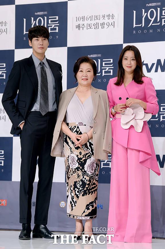 ドラマ「ナインルーム」制作発表会見が2日、ソウルで行われた。写真は同ドラマの主役3人。左からキム・ヨングァン、キム・ヘスク、キム・ヒソン。|撮影:イ・ソナ