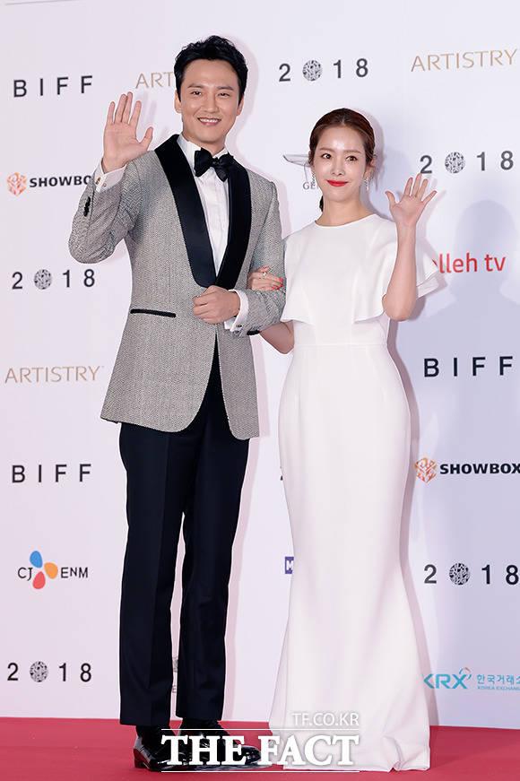 「第23回釜山国際映画祭」開幕式の司会を務めた俳優キム・ナムギル、女優ハン・ジミン。|撮影:イ・ソナ