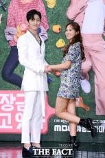 MBCチャンネルの新バラエティドラマ「大長今が見ている」の制作発表会見が8日、ソウルで行われた。写真は少女時代のユリ、俳優シン・ドンウク。|撮影:イ・ソナ