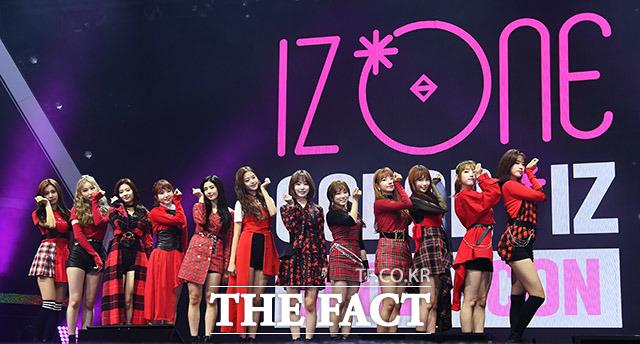 日韓12人組ガールズグループIZ*ONE(読み:アイズワン)が29日、待望のデビューアルバム「COLOR*IZ」の発売を控え、ソウルのオリンピックホールにて記者会見を行なった。撮影:イ・ドンリュル