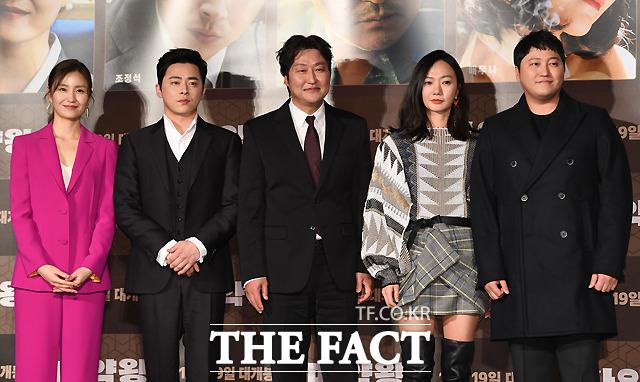 映画「麻薬王」の制作報告会見が19日、ソウルで行なわれた。左からキム・ソジン、チョ・ジョンソク、ソン・ガンホ、ペ・ドゥナ、キム・デミョン。|撮影:イ・セロム