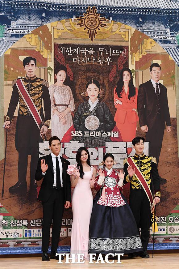韓国ドラマ「皇后の品格(原題)」の制作発表会見が20日、ソウルで行われた。左からチェ・ジニョク、イエリヤ、チャン・ナラ、シン・ソンロク。  撮影:ナム・ヨンヒ