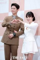 韓国のtvNチャンネルドラマ「ボーイフレンド(原題)」の制作発表会見が21日、ソウルで行われた。写真は同ドラマの男女主人公を演じるパク・ボゴム、ソン・ヘギョ。|撮影:イ・ソナ