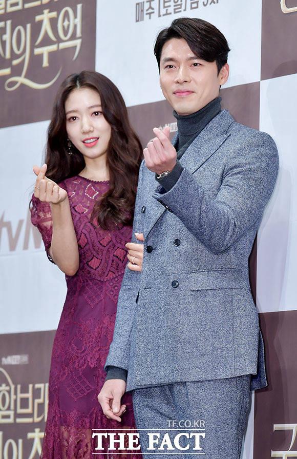 韓国ドラマ「アルハンブラ宮殿の思い出」の制作発表会見が28日、ソウルで行われた。写真は同ドラマの男女主演を引き受けたヒョンビンとパク・シネ。|撮影:イ・ドクイン