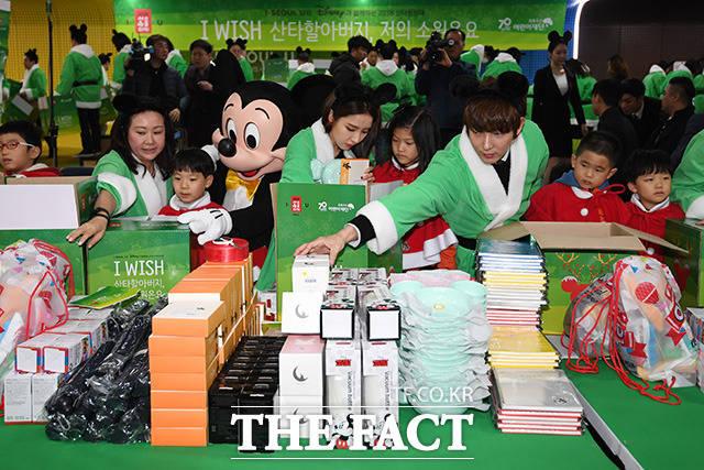 チョロクウサン(緑の傘)子ども財団が主催し、ソウル市とディズニーにともに行う「2018サンタ遠征隊」のクリスマスプレゼント包装イベントが28日、ソウルで行われた。|撮影:ナム・ヨンヒ