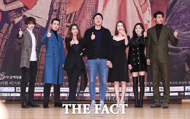 韓国ドラマ「運命と怒り」の制作発表会見が30日、ソウルで行われた。左からSUPERNOVA ユナク、チュ・サンウク、イ・ミンジョン、チョン・ドンユン監督、ソ・イヒョン、パク・スア(リジ)、イ・ギウ。|撮影:イム・セジュン