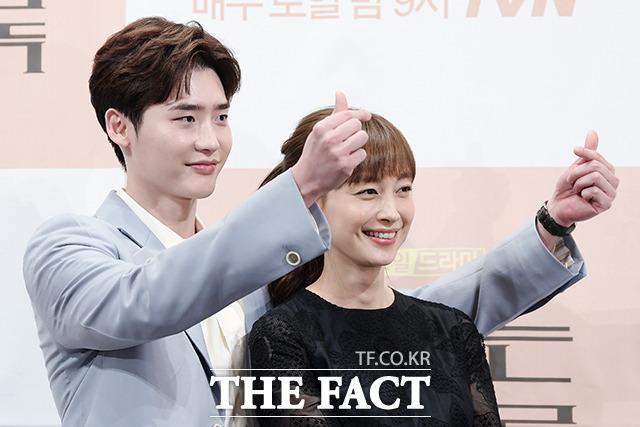 韓国ドラマ「ロマンスは別冊付録」の制作発表会見が21日、ソウルで行われた。写真はドラマの男女主演を引き受けたイ・ジョンソクとイ・ナヨン。 撮影:イ・ソナ