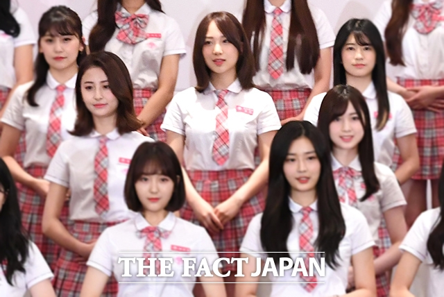 写真は昨年6月、「PRODUCE48」公式記者会見にて撮影したもの。3列目中央。