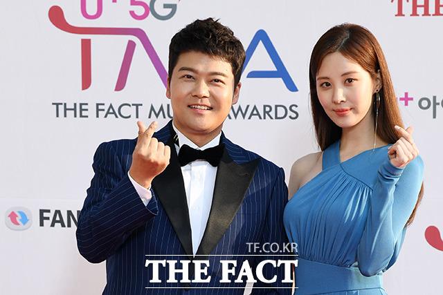「U+5G THE FACT MUSIC AWARDS」(略:TMA)が24日、韓国・仁川にある南洞体育館にて開幕した。写真は司会を務めたチョン・ヒョンムとソヒョン(少女時代)。|撮影:THE FACT写真映像企画部