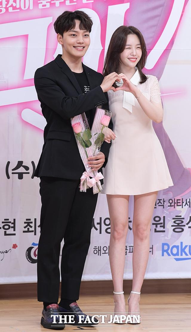 ドラマ「絶対彼氏。」の制作発表会見が15日、ソウルで行われた。写真は同ドラマの男女主演を引き受けたヨ・ジングとミナ(右)。 撮影:キム・セジョン