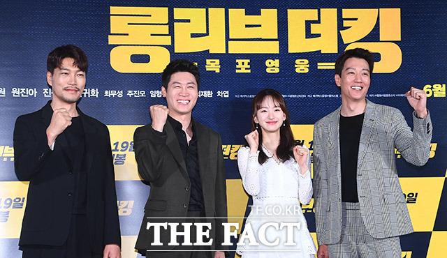 韓国映画「LONG LIVE THE KING:木浦英雄」の制作報告会見が21日、ソウルで行なわれた。写真は同映画のメインキャストである(左から)チェ・グィファ、チン・ソンギュ、ウォン・ジナ、キム・レウォン。|撮影:イ・ドンリュル