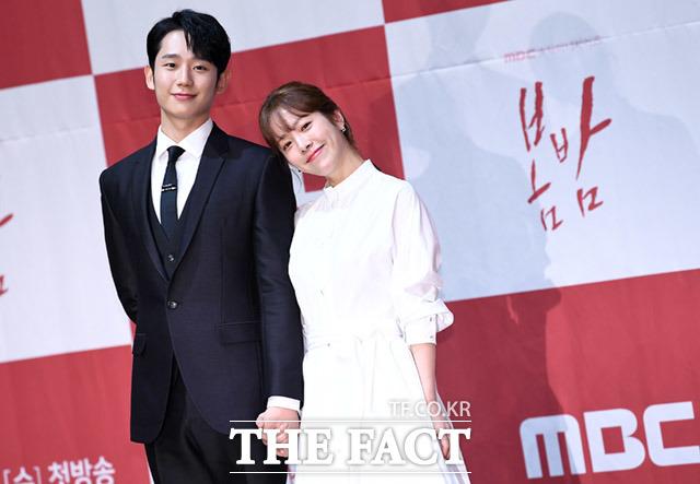 韓国ドラマ「春の夜」の制作発表会見が20日、ソウルで行われた。写真は同ドラマの男女主演役を引き受けたチョン・ヘイン(左)とハン・ジミン。 撮影:イム・セジュン