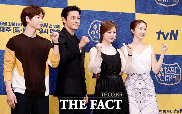 韓国ドラマ「アスダル年代記」の制作発表会見が28日、ソウルで行われた。写真は同ドラマのメインキャスト。左からソン・ジュンギ、チャン・ドンゴン、キム・ジウォン、キム・オクビン。|撮影:イ・ソナ