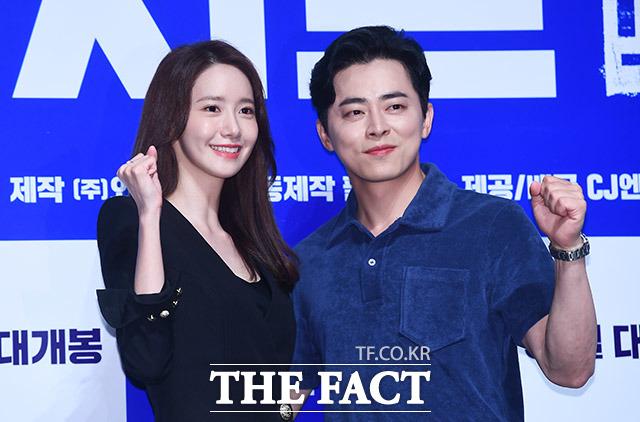 映画「EXIT」の制作報告会見が27日、ソウルで行われた。写真は男女主役を演じたチョ・ジョンソクと少女時代のユナ。 |撮影:イ・ドンリュル