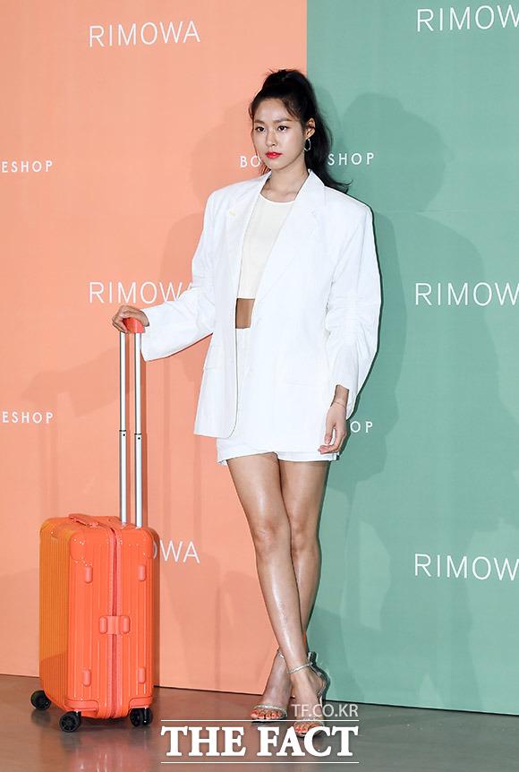 ガールズグループAOAのメンバー ソリョンが5日、ソウルで行われたスーツケースブランド・リモワ(RIMOWA)の新商品発売記念イベントに出席した。|撮影:イ・ドンリュル