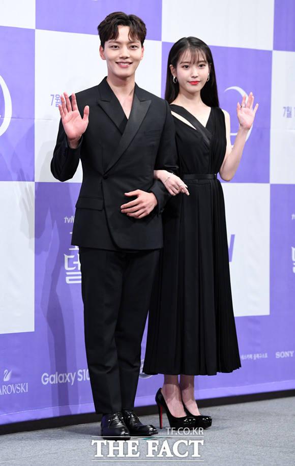 韓国ドラマ「ホテル デルーナ」の制作発表会見が8日、ソウルで行われた。写真は男女主演役のヨ・ジングとIU。 撮影:イム・セジュン