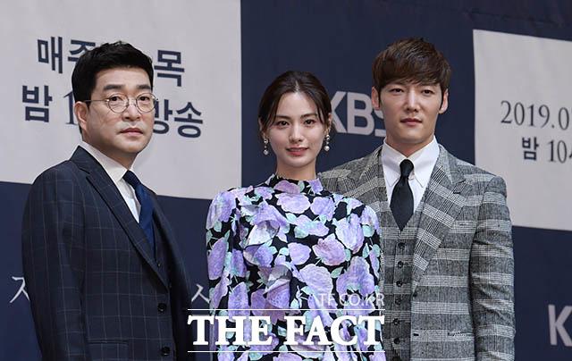 韓国ドラマ「ジャスティス」の制作発表会見が17日、ソウルで行われた。写真は同ドラマの男女主役を演じるソン・ヒョンジュ、ナナ(中央)、チェ・ジニョク。|撮影:キム・セジョン