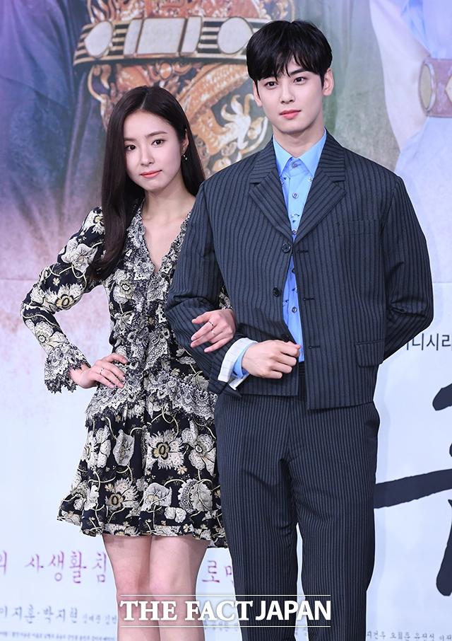韓国ドラマ「新米史官ク・ヘリョン」の制作発表会見が17日、ソウルで行われた。写真は同ドラマの男女主役を演じるチャ・ウヌ(ASTRO)とシン・セギョン。|撮影:イム・セジュン