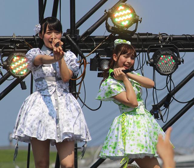 SUPER☆GiRLSの渡邉幸愛(左)と浅川梨奈(右)