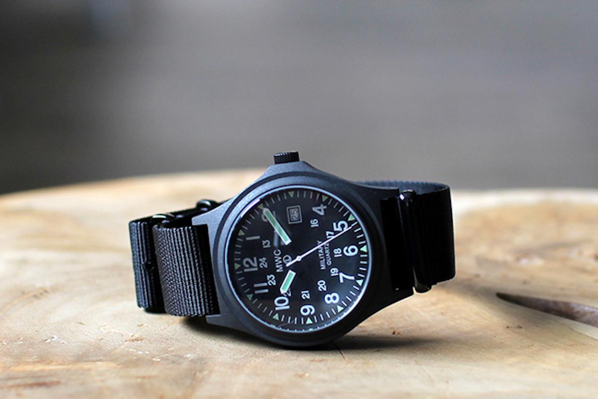 秋だからこそ欲しくなる?「シンプルな腕時計」をシャツからちらりと覗かせたい