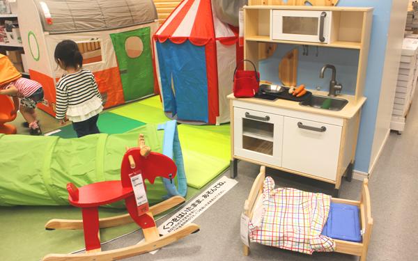 キッズエリアでは、おもちゃのキッチンセットやプレイトンネルなど、イケアならではのキッズアイテムで自由に遊べます。
