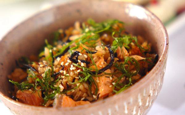 麺つゆでより上品な味わいに、ヒジキと鮭のヘルシーご飯