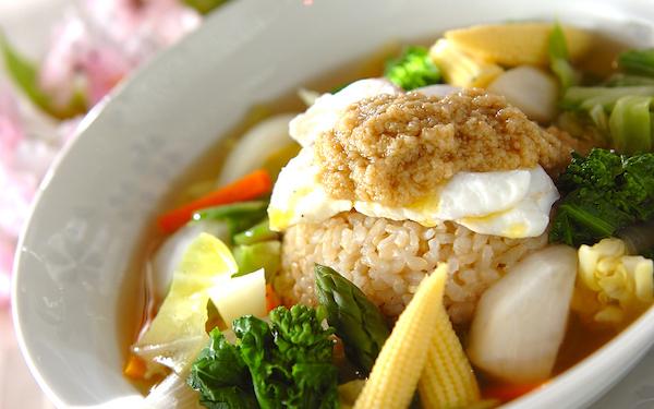 サラサラと食べられる、さっぱりとした春野菜のスープ丼