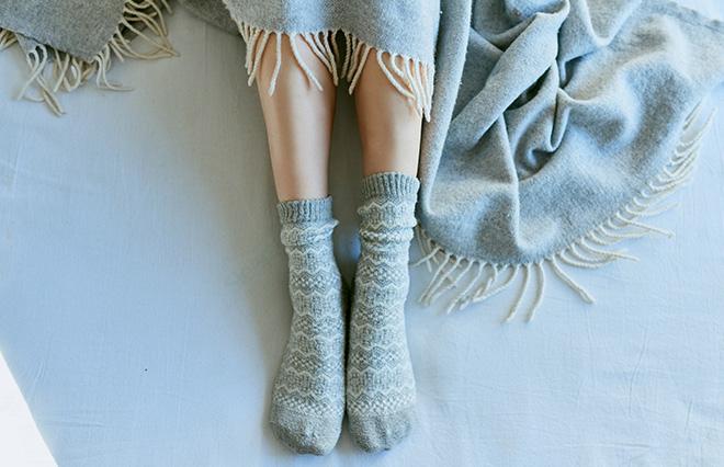 寒い夜、靴下を履いて寝るのはNGなの? 今読みたい健康記事12選