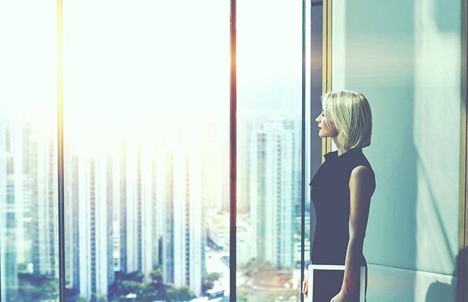 8割超の女性管理職、昇進は「自発的なものではない」