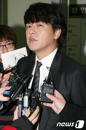 法廷に証人として出廷し、うその証言をした容疑で裁判に渡された俳優リュ・シ... 拡大写真 法廷に