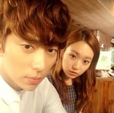韓国女優チョン・ソミン(29)の恋人ユン・ヒョンミン(30)が女優キム・スルギ(23)との仲良しツーショットを公開した。(提供:news1)